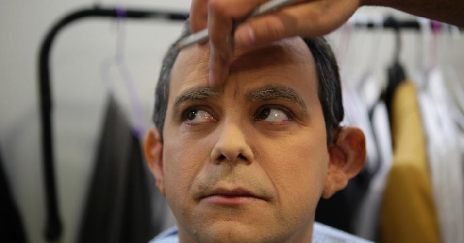 Uma camada de base é passada no rosto do humorista Carioca para a transformação no jornalista, que leva cerca de duas horas