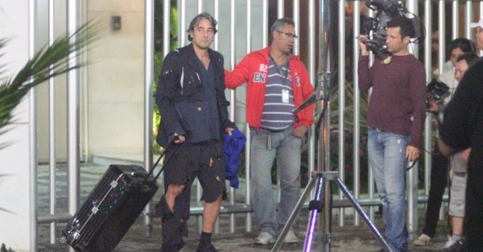 """O ator Alexandre Borges, que interpreta o personagem Cadinho em """"Avenida Brasil"""", gravou nesta sexta-feira cenas da novela com o terno rasgado (1/6/12)"""