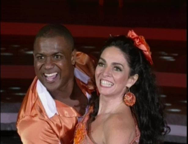 """Claudia Ohana e Patrick Carvalho dançam música de Michel Teló na """"Dança dos Famosos"""" (03/06/2012)"""