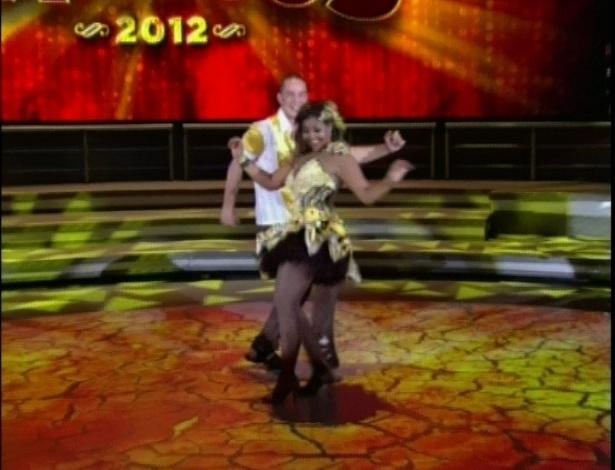 """Gaby Amarantos e seu parceiro Bruno Galhardo dançam música da novela """"Cheias de Charme"""" na """"Dança dos Famosos"""" (03/06/2012)"""