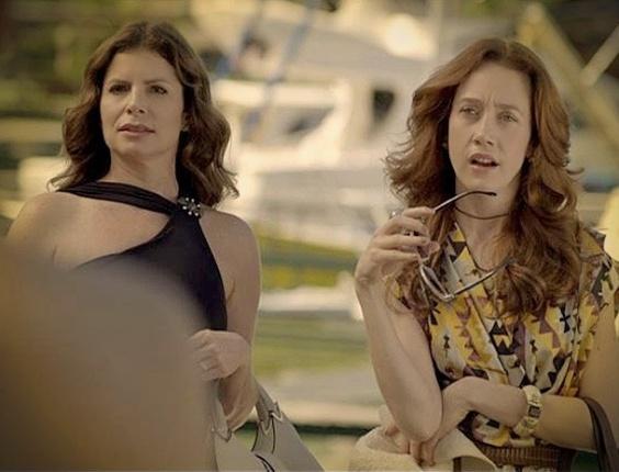 """Em """"Avenida Brasil"""", Alexia revela a Noêmia e Verônica que elas são casadas com o mesmo homem"""
