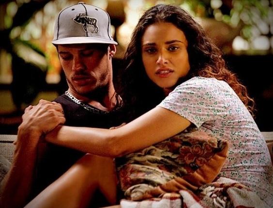 """Em """"Avenida Brasil"""", Tessália fica agarradinha no sofá com Darkson"""