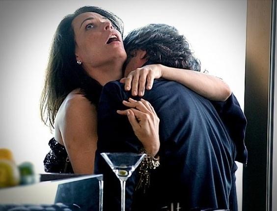 """Em """"Avenida Brasil"""", Alexia afoga as mágoas na bebida e acaba não resistindo a Cadinho"""