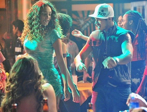 """Em """"Avenida Brasil"""", Tessália e Darkson não se desgrudam na pista de dança"""