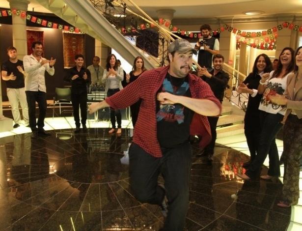 """O ator Tiago Abravanel ensaia passos de dança turca durante workshop para novela """"Salve Jorge"""" (6/6/12)"""