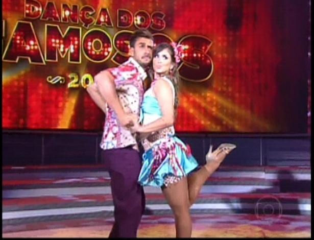 """Júlio Rocha e Carol Vieira dançam a música """"Cachorro Perigoso"""", do Tche Garotos, no dia de forró na """"Dança dos Famosos"""" no programa """"Domingão do Faustão"""" (10/6/12)"""