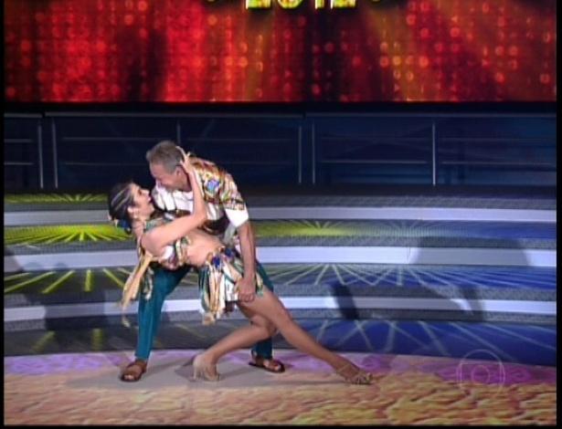 """Kadu Moliterno e Dani De Lova dançam """"É Tenso"""", de Fernando e Sorocaba, no dia de forró na """"Dança dos Famosos"""" no programa """"Domingão do Faustão"""" (10/6/12)"""