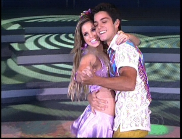 """Rodrigo Simas e Raquel Guarini dançam """"Correndo Atrás de Mim"""", do Aviões do Forró, no dia do forró na """"Dança dos Famosos"""" no programa """"Domingão do Faustão"""" (10/6/12)"""