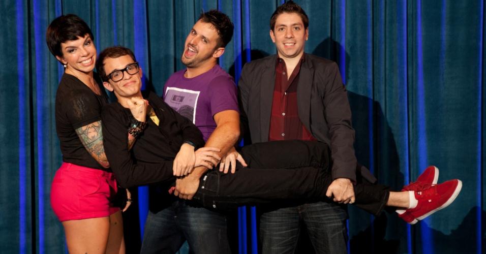 A apresentadora Penélope Nova segura Daniel Duncan com Rodrigo Capella e Rudy Landucci