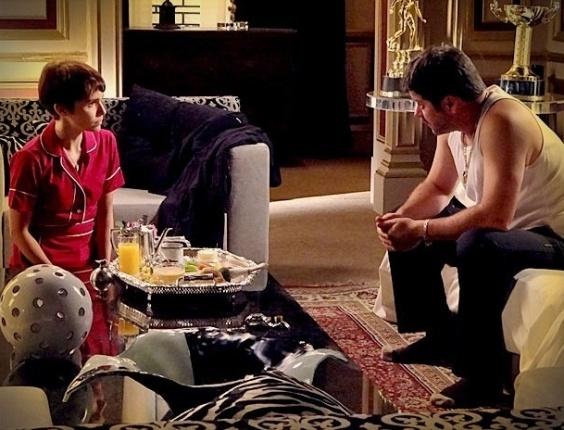"""Em """"Avenida Brasil"""", Nina pede a Tufão para levá-la junto se ele se separar de Carminha (11/6/12)"""