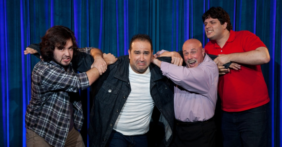 Lutador Michel Serdan imobiliza comediante Renato Tortorelli. Ainda na foto: Nigel Goodman e Alexandre Paim