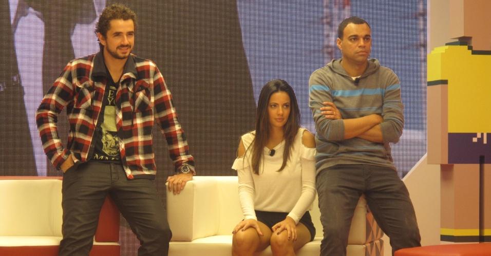 Felipe Andreoli, Paloma Tocci e Denilson em cena do