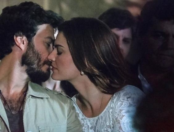 """Em """"Amor Eterno Amor"""", Elisa e Rodrigo se beijam e Clara vê sombra negra em volta dos dois"""