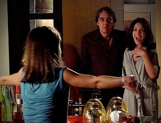 """Em """"Avenida Brasil"""", Alexia se rende aos encantos de Cadinho, e ele vai morar com a socialite"""