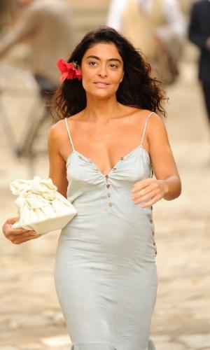 """Em """"Gabriela"""", com uma flor nos cabelos, Gabriela leva almoço para Nacib"""
