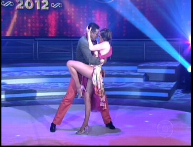 """Bárbara Paz e Marcelo Chocolate dançam """"Dois Pra Lá, Dois Pra Cá"""" de João Bosco na noite do bolero na """"Dança dos Famosos"""" (17/6/12)"""