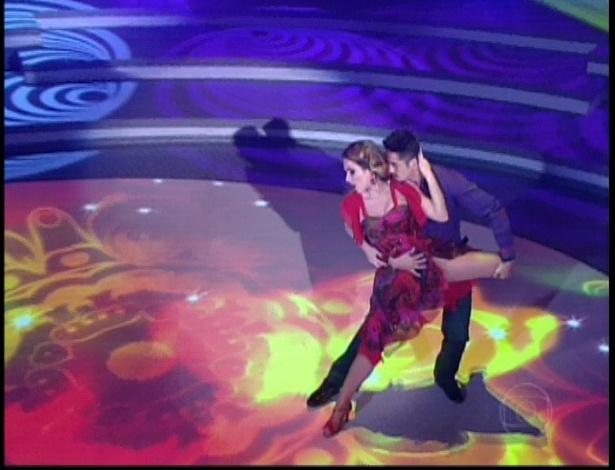 """Monique Alfradique e Jota Júnior dançam """"Mania de Você"""" de Rita Lee na noite do bolero na """"Dança dos Famosos"""" (17/6/12)"""