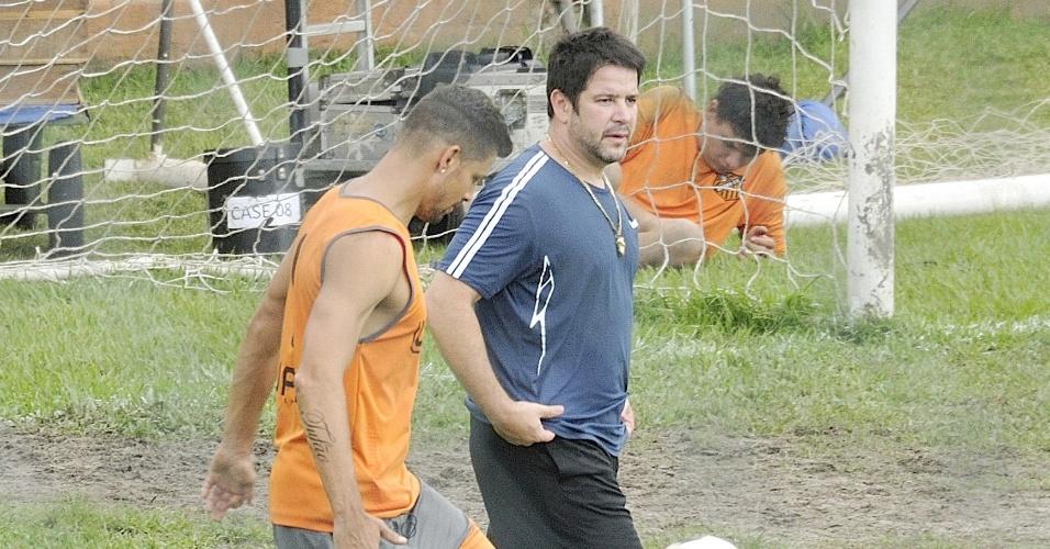 """Cauã Reymond e Murílo Benício gravam em campo de futebol de """"Avenida Brasil"""" (18/6/12)"""