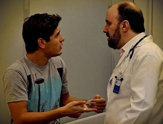 """Em """"Avenida Brasil"""", Roni descobre que Suelen não está grávida e arma plano contra ela (18/6/12)"""