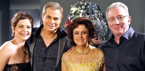 """Da esquerda para a direita, Drica Moraes, Edson Celulari, Marieta Severo e Marco Nanini em cena de """"A Grande Família"""" (21/6/2012)"""