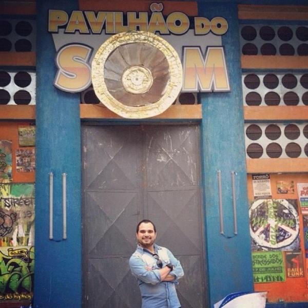 """Durante visita ao estúdio, cantor Luciano Camargo visitou a casa de shows de """"Cheias de Charme"""" (22/6/12)"""
