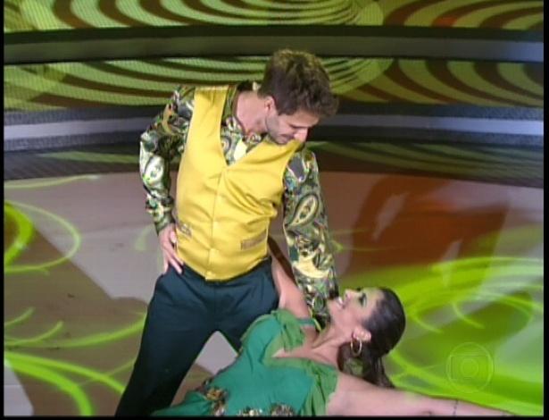 """Júlio Rocha e Carol Vieira dançam """"Anos Dourados"""" de Tom Jobim e Chico Buarque na noite do bolero na dança dos famosos no """"Domingão do Faustão"""" (24/6/12)"""