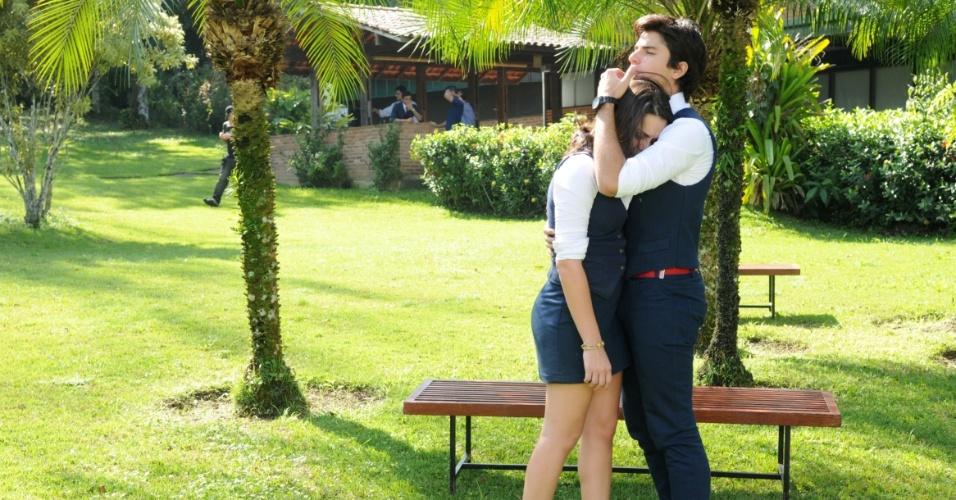 """Em """"Rebelde"""", Murilo conforta Maria após briga com Solange e se beijam"""