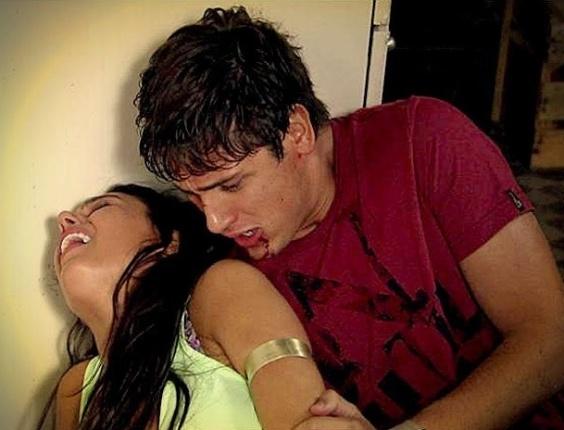 """Em """"Avenida Brasil"""", Suelen salva a vida de Roni e é baleada (27/6/12)"""