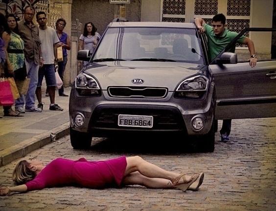 """Em """"Avenida Brasil"""", Monalisa se joga na frente do carro de Iran para tentar impedi-lo de ir embora de casa (2/7/12)"""