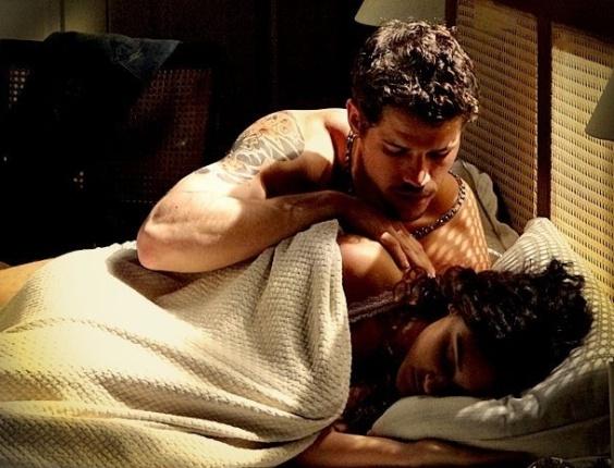 """Em """"Avenida Brasil"""", Tessália e Darkson dormem juntos (29/6/12)"""
