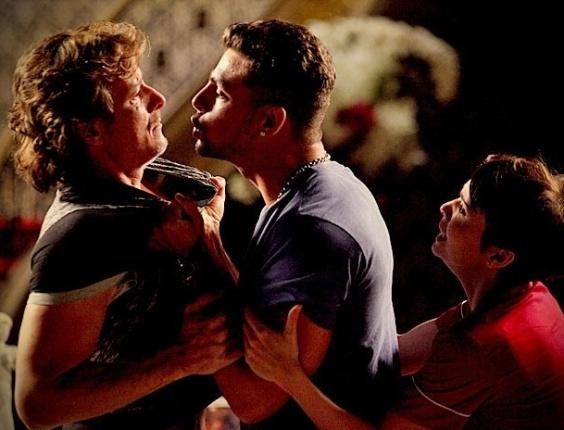 """Em """"Avenida Brasil"""", Jorginho bate em Max e revela à família que o malandro planejou o assalto a mansão (2/7/12)"""