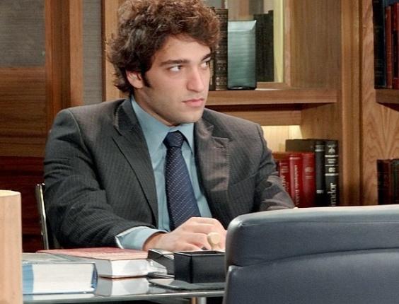 """Em """"Cheias de Charme"""", Elano fica de olho no comportamento de Sarmentp e Conrado"""
