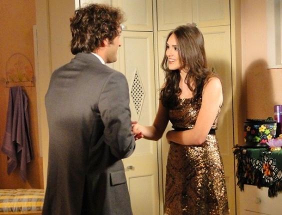 """Em """"Cheias de Charme"""", Elano recita trecho de """"Romeu e Julieta"""" para Cida"""