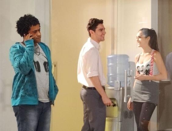 """Em """"Cheias de Charme"""", Serginho chama Cida para sair e Elano fica sabendo"""