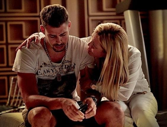 """Em """"Avenida Brasil"""", Jorginho chora no ombro de Carminha e confessa que está sofrendo por Rita"""