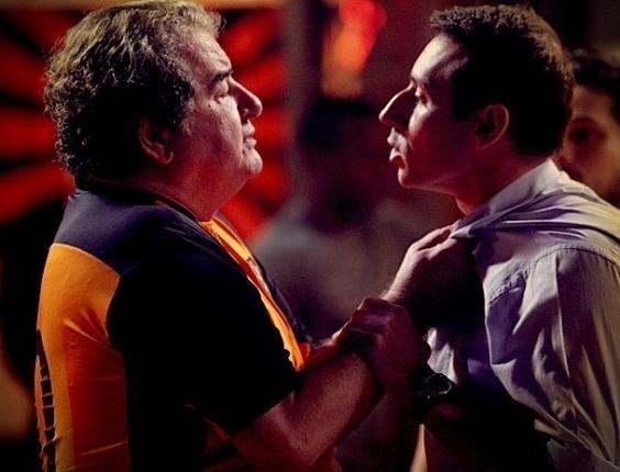 """Em """"Avenida Brasil"""", olheiro diz que Roni é gay e leva soco de Diógenes (3/7/12)"""