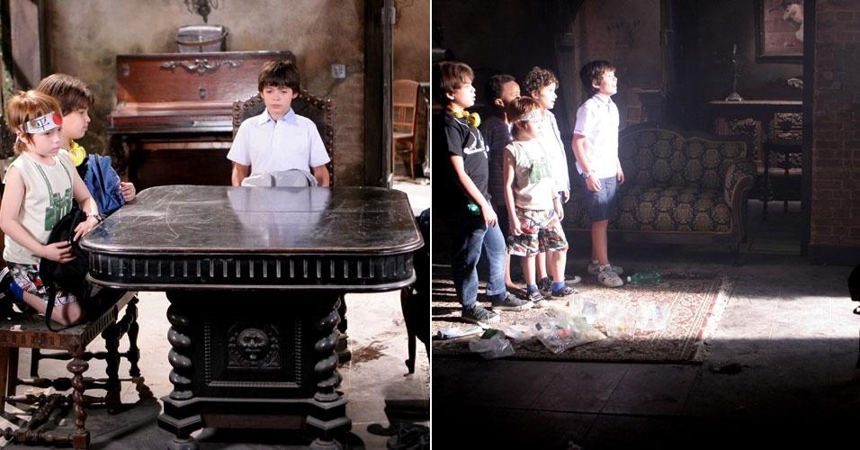 """Em """"Carrossel"""", na casa abandonada, meninos acham passagem secreta e ficam admirados"""