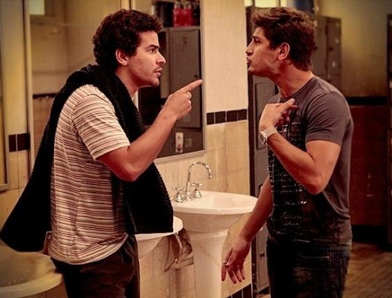 """Em """"Avenida Brasil"""", Leandro bate em Roni ao saber que ele se casará com Suelen (6/7/12)"""