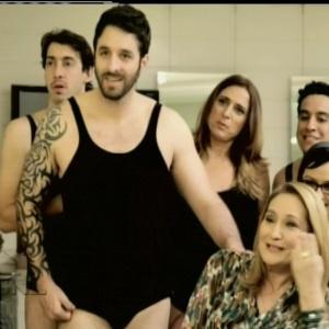 """Rafinha Bastos recebe Sonia Abrão apenas de maiô no """"SNL"""" (08/07/2012)"""