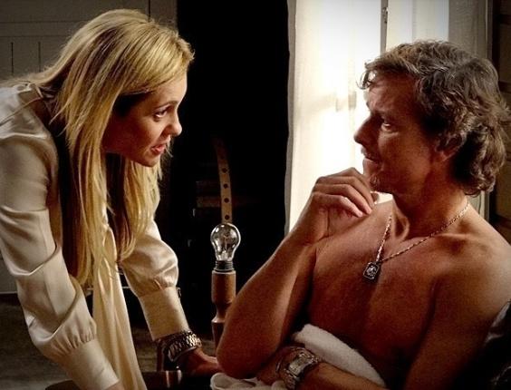"""Em """"Avenida Brasil"""", Carminha desconfia da traição de Max ao ver comida feita por Nina na chácara (12/7/12)"""