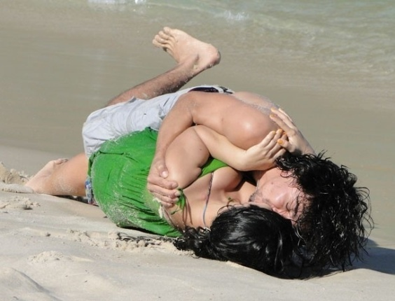 """Em """"Amor Eterno Amor"""", Gracinha dá um beijão em Pedro na praia (13/7/12)"""