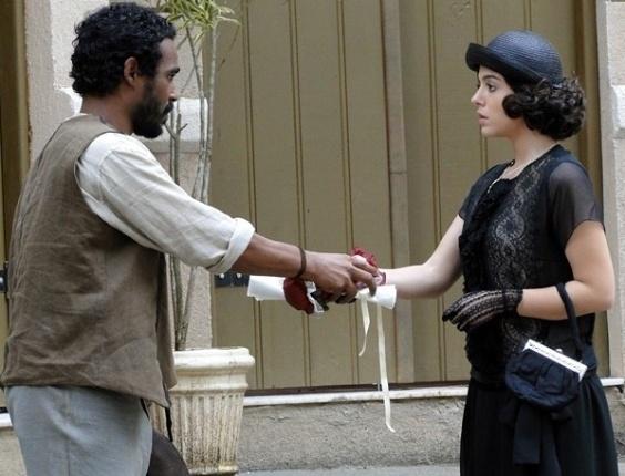 Lindinalva (Giovanna Lancelotti) dá uma boneca para o jagunço Negro Fagundes (Jhe Oliveira) (16/7/12)