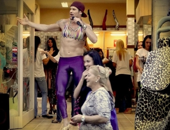 """Em """"Avenida Brasil"""", Suelen veste Darkson de mulher e faz vendas bombarem"""
