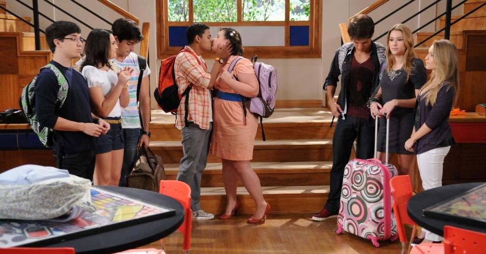 """Em """"Rebelde"""", Juju e Vinícius se preparam para a primeira vez do casal"""