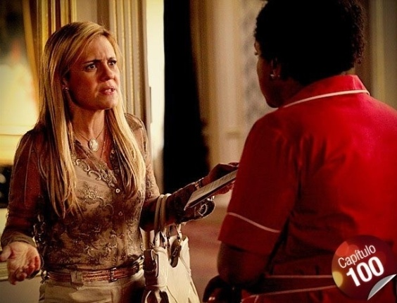 """Em """"Avenida Brasil"""", Carminha fica chocada ao saber de ligação entre Nina e Nilo"""