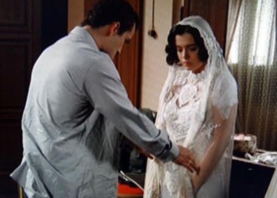 """Em """"Gabriela"""", Berto obriga Lindinalva a se deitar com ele vestida de noiva (18/7/12)"""