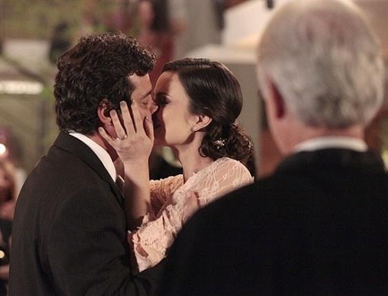 """Felipe Camargo e Carolina Kasting em cena de """"Amor Eterno Amor"""" (18/7/2012)"""