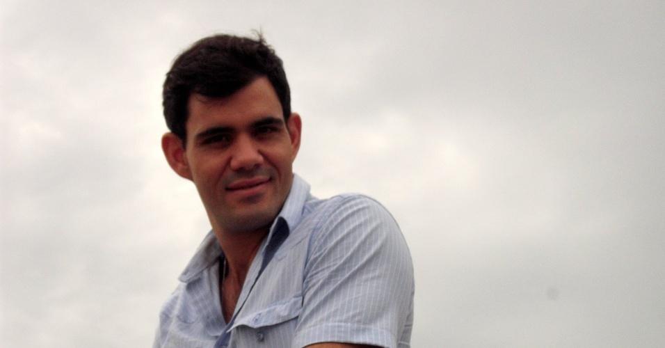 """Juliano Cazarré no bastidor da gravação de """"Avenida Brasil"""" que aconteceu nesta quarta em Cabo Frio, região dos lagos do Rio (18/7/12)"""