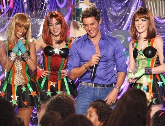 """Em """"Cheias de Charme"""", Fabian canta ao lado das Empreguetes em orfanato e encanta as crianças (19/7/12)"""