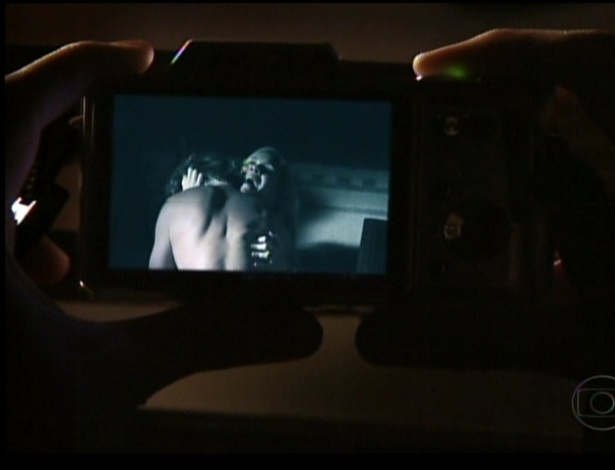 Nina consegue fotografar Carminha e Max transando